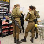 Mizpe Ramon, soldates au supermarché, Palestine Israel (1 sur 1)