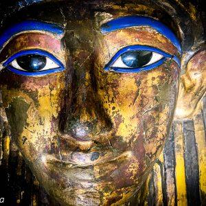 Sarcophage orné de bleu