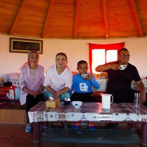 Yourte restaurant, chauffeur et sa famille, sur la route de Jemenay, Chine